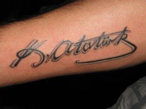 'Atatürk imzası' dövmesini ücretsiz yapıyor