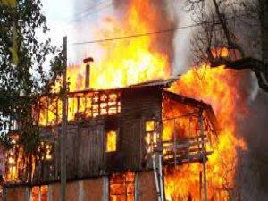 Tarihi ev cayır cayır yandı!