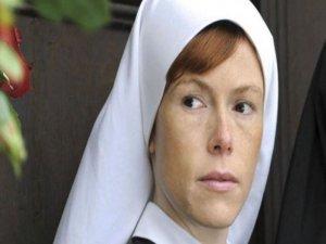 Otobanda soyunan rahibe