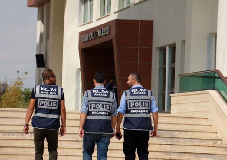 Polisler, 'arama izinleri yok' diyen müdür yardımcısını gözaltına aldı