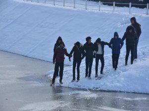 Buz tutan göleti böyle aştılar!