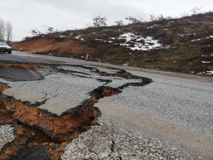 Bursa'da yol çöktü!