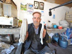 Köyünün tek çorapçısı