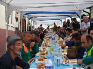 Başkan Dündar iftar yemeği dağıttı