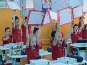 Bursa'da öğrenciler karnelerini aldı