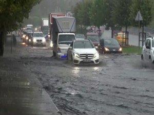 Aniden bastıran yağmur trafiği felç etti!