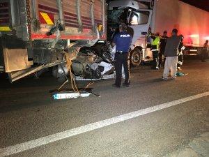 Otomobile tır çarptı: 3 ölü