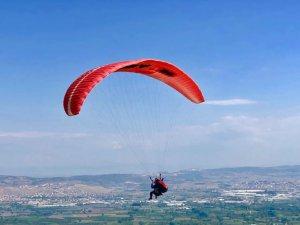 Bursa'da gökyüzü paraşütlerle renklendi