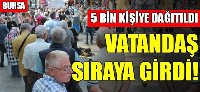 Bursa'da çarşı esnafı aşure dağıttı