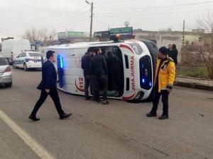 Ambulans kaza yaptı: 5 yaralı!