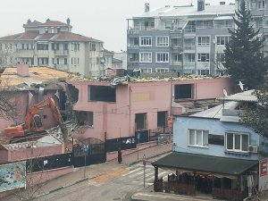 Yarım asırlık okul yıkılmaya başlandı
