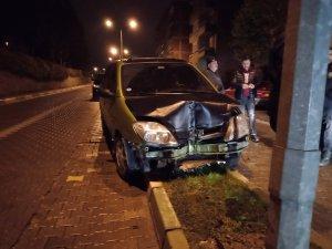 Alkollü sürücü direğe çarptı!