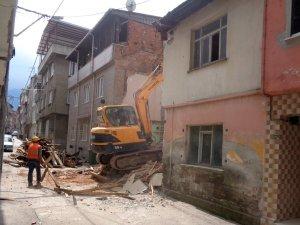 İki katlı bina yıkıldı