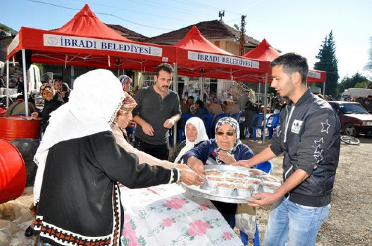 İbradılılar, belediyenin aşure ikramında buluştu