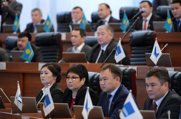 Atambayev: Cumhurbaşkanının yetkileri azaltılmalı
