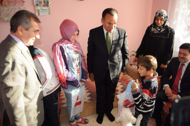 Cumhurbaşkanı Erdoğan'ın hediye köpeğini Bozdağ teslim etti