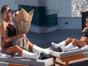 Katie Prie ayaklarını kırdı