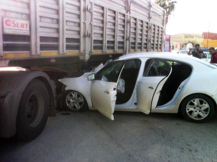 Kırmızı ışıkta geçen otomobil, kamyonun altına girdi