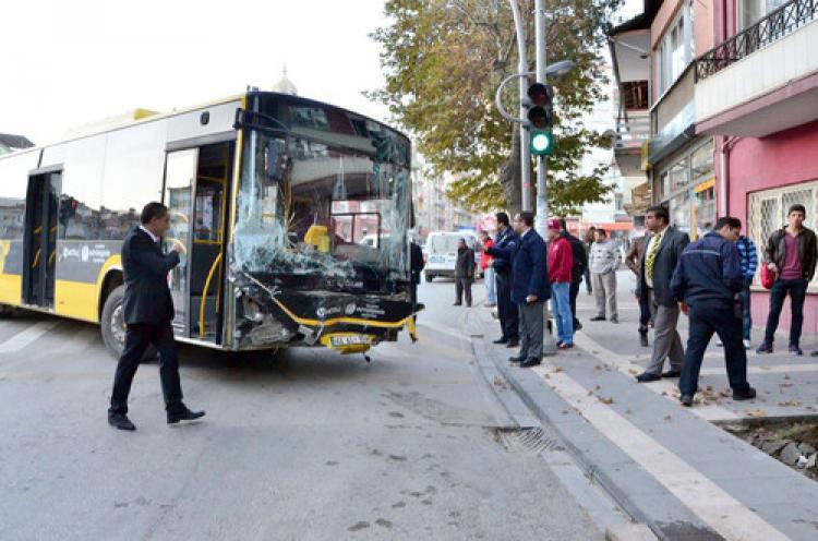 Şoför kalp krizi geçirdi,belediye otobüsü 11 araca çarptı