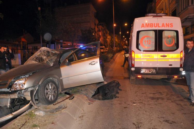Otomobil, ayva yüklü kamyonete arkadan çarptı: 1 ölü, 1 yaralı