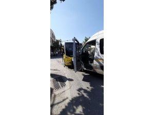 Servis ile minibüs çarpıştı: 4 yaralı