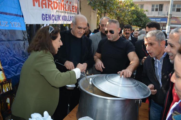 Mardinliler Suriyelilere aşure dağıttı