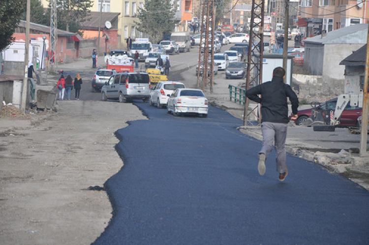 Kars Belediyesi: Asfalt çalışmlarına destek olmuyorsanız, köstek olmayın