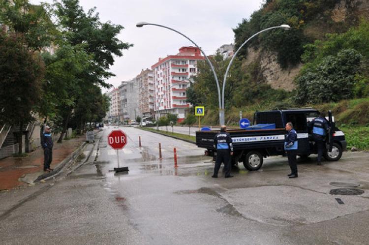 Tapulu arazisindeki yol için hakkı verilmeyince 4. şeridi de kapattı