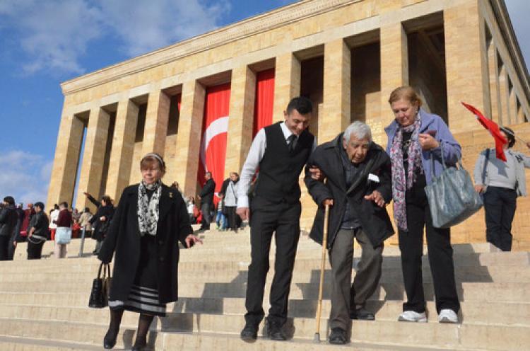 89 yaşında bastonuyla Atatürk'ü ziyarete geldi