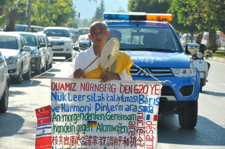 Japon rahipten liderlere mesaj