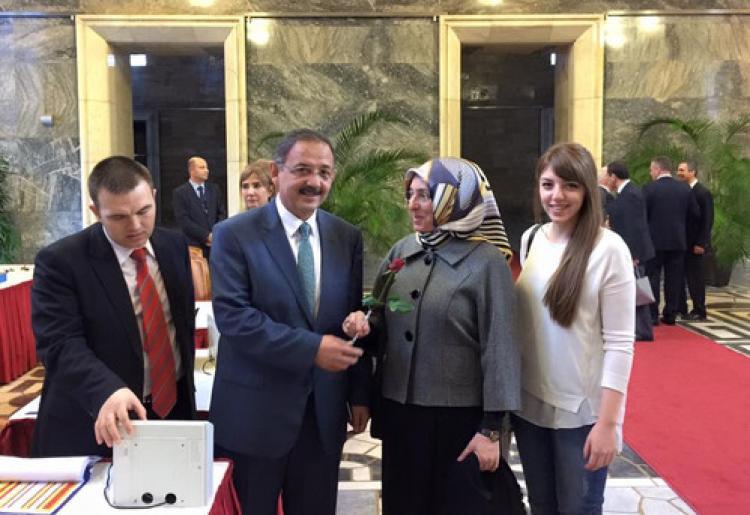 AK Parti Genel Başkan Yardımcısı Özhaseki'nin rozetini eşi taktı