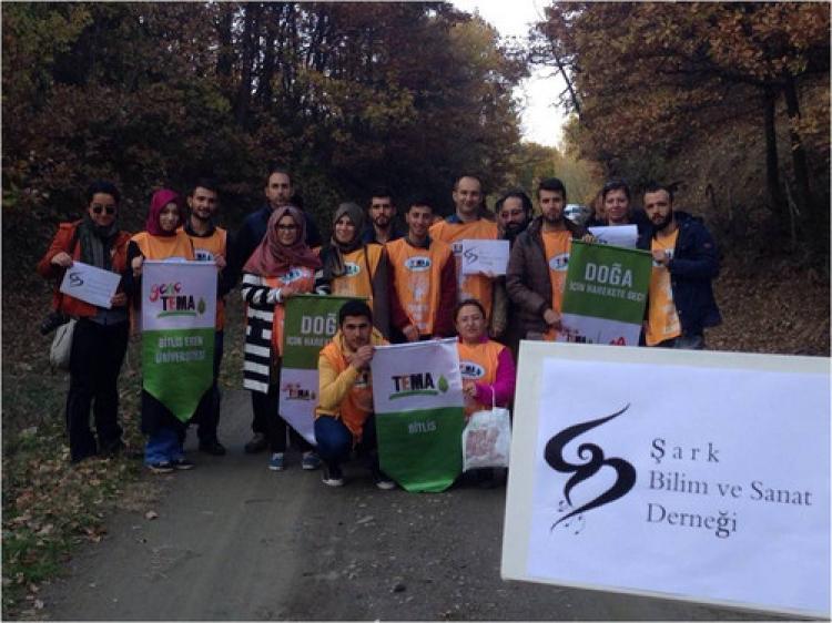 Bitlis TEMA'dan meşe palamudu toplama etkinliği