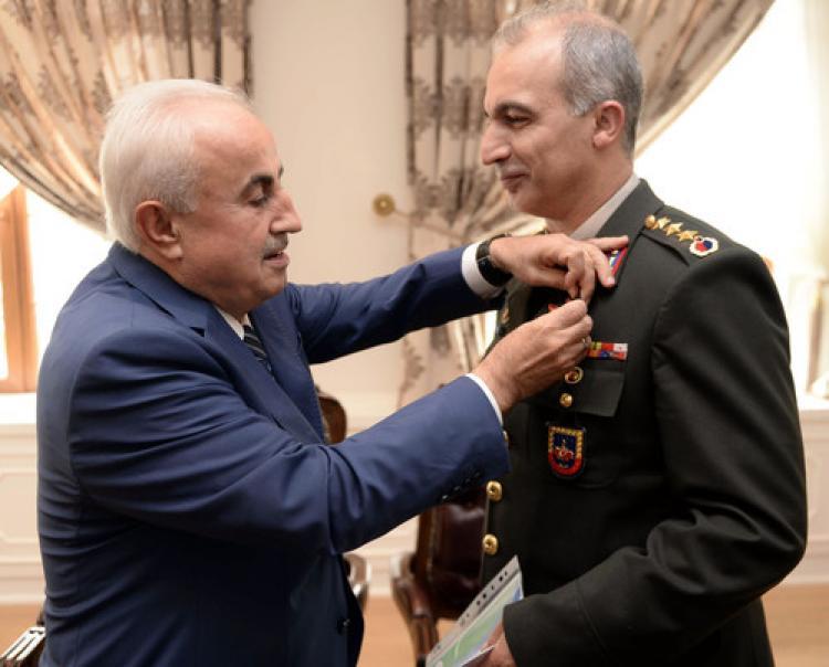 Vali, komutan ve müdürü büyük altınla ödüllendirdi
