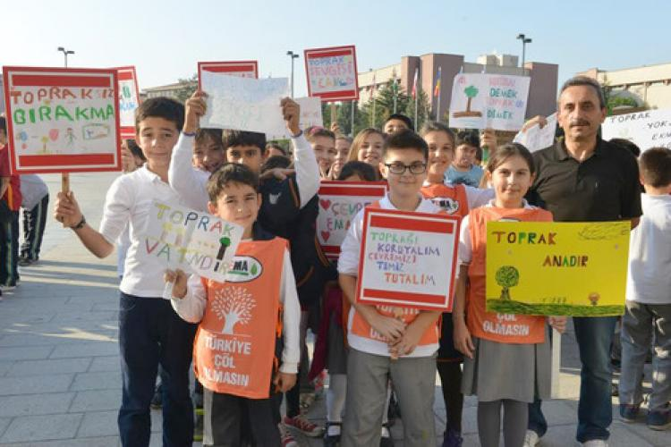 Öğrencilerden 'Toprağa Saygı' yürüyüşü