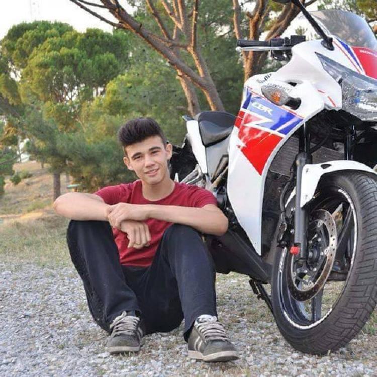 Motosikletli genç canından oldu