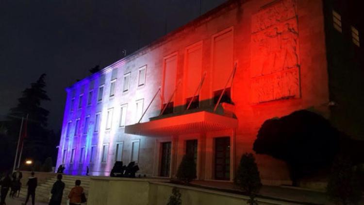 Arnavutluk başbakanlık binası Fransız bayrağı ile parladı