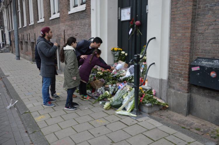 Hollandalı Türkler Fransız Başkonsolosluğu'na çiçek bıraktı