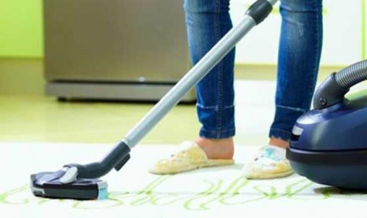 Hanımlar, ev süpürmek için 125 saat harcıyor