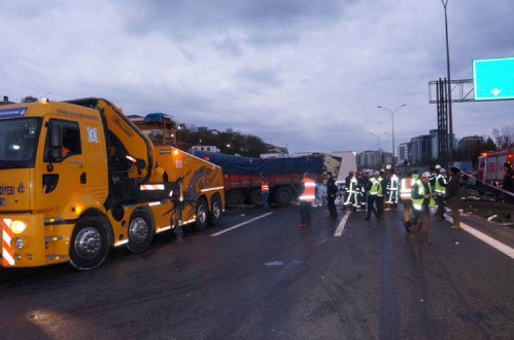 TEM'de zincirleme kaza: 6 kişi yaralandı, trafik durdu