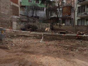 Depreme dayanıksız bina yıkıldı