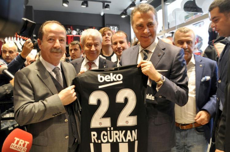 Beşiktaş taraftarı, Fenerbahçeli başkana 3'lü slogan attırdı