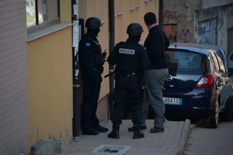 Kosova'da meclise gaz atan milletvekillerinin evlerine polis baskını