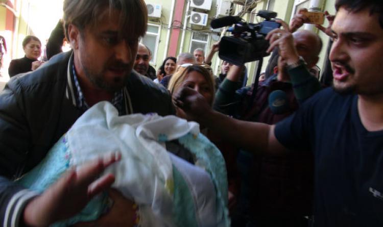 Yeni doğan ikiz bebekten biri kaçırıldı
