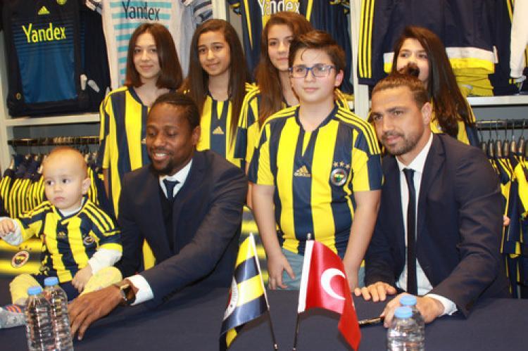 Fenerbahçeli Mehmet Topuz ve Abdullaye Ba Mersin'de imza dağıttı