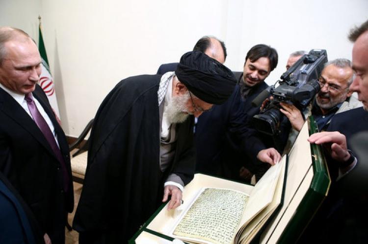 Putin'den Hamaney'e el yazılı Kuran hediyesi