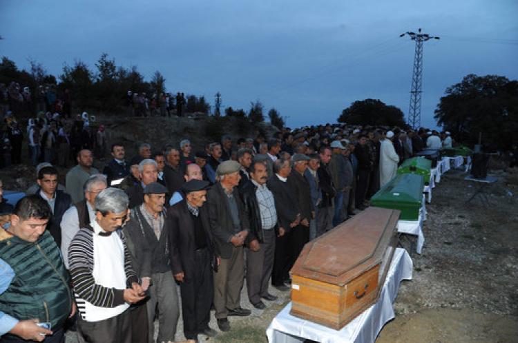 Kazada ölenler ağıtlarla toprağa verildi