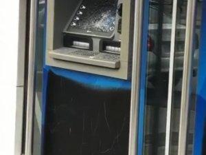 Bankanın camlarını kırdı