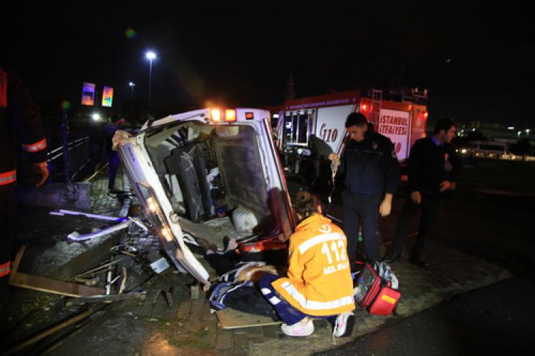 Zeytinburnu'nda kaza: 2'si ağır, 4 yaralı