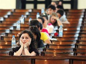 Öğrenciler içeride, aileleri dışarıda ter döktü