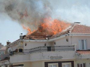 Apartmanın çatısı yandı